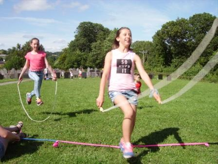 A close finish in the skipping race